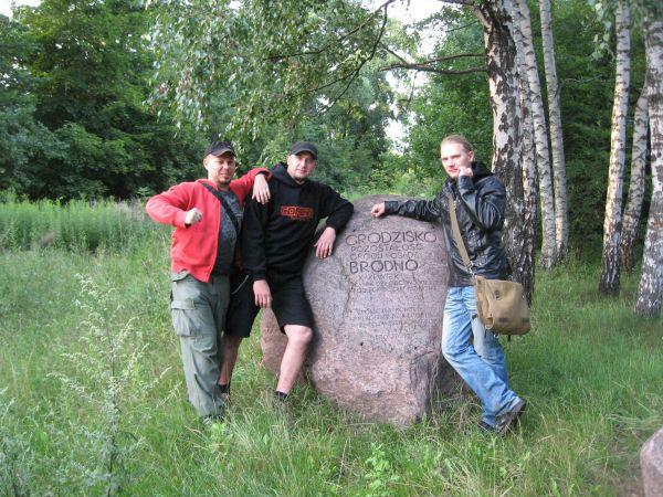 Wesoła ferajna przy kamieniu wzniesionym ku upamiętnieniu Bródnowskiego Grodu